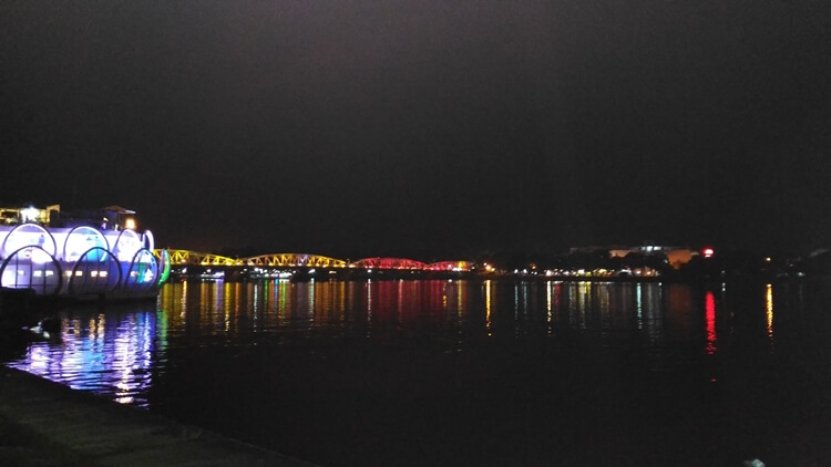 trang tien Hue at night